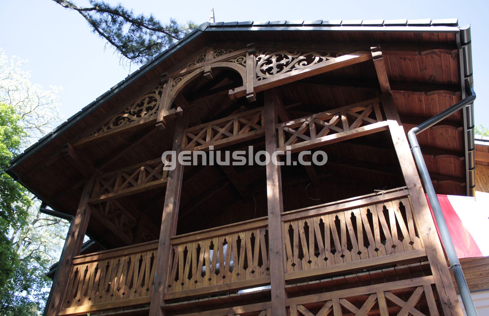 Drewniany taras wstylu Świdermajer