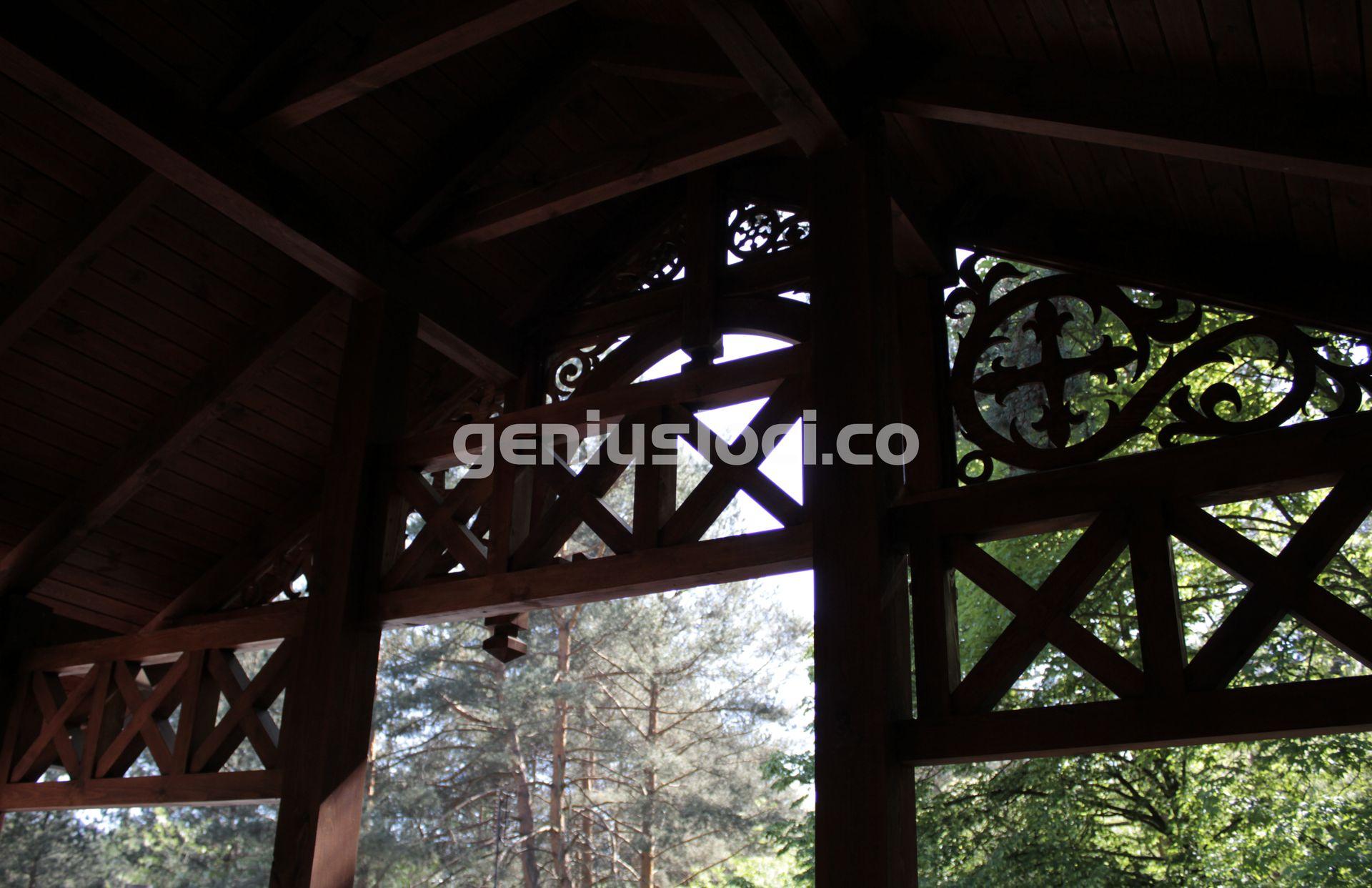 Drewniany detal wstylu Świdermajer